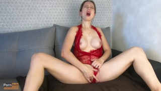 Szexi piros fehérneműs anyuka élvezeteset masztizott