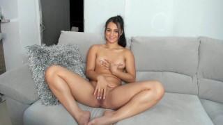 Szexi kis cicis cuki tini lány a kanapén masztizik