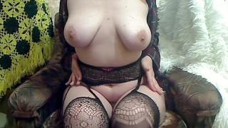 Nagy lógó cicis szőke anya szexi harisnyában masztizik